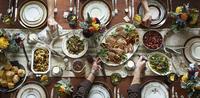 Aerial shot of a neatly set Thanksgiving dinner table. 20055033106| 写真素材・ストックフォト・画像・イラスト素材|アマナイメージズ