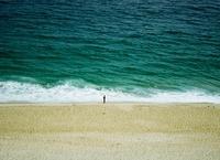 Man on Ipanema beach, Rio de Janeiro, Brazil 20056002017  写真素材・ストックフォト・画像・イラスト素材 アマナイメージズ