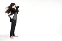 Girl exploring 20056002055  写真素材・ストックフォト・画像・イラスト素材 アマナイメージズ