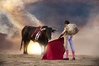 Bullfighter holding red cape with bull, Madrid 20056002134| 写真素材・ストックフォト・画像・イラスト素材|アマナイメージズ