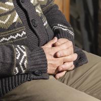 Older man sitting with hands folded 20056006682| 写真素材・ストックフォト・画像・イラスト素材|アマナイメージズ