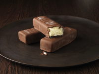 Belgian ice cream in chocolate shell 20056006799| 写真素材・ストックフォト・画像・イラスト素材|アマナイメージズ