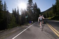 Cyclist biking on rural road 20056007119  写真素材・ストックフォト・画像・イラスト素材 アマナイメージズ
