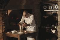 Cook handling pasta dough in kitchen 20056007314| 写真素材・ストックフォト・画像・イラスト素材|アマナイメージズ