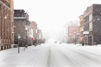 Snow falling on city street 20056007747| 写真素材・ストックフォト・画像・イラスト素材|アマナイメージズ