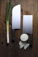 Onions and knives on table 20056007999  写真素材・ストックフォト・画像・イラスト素材 アマナイメージズ