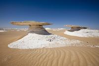 ホワイトデザート 白砂漠 20057001202| 写真素材・ストックフォト・画像・イラスト素材|アマナイメージズ