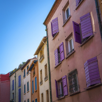Colourful shutters and facades, Collioure, Pyrenees-Orientales, Languedoc-Roussillon, France, Europe 20062001586| 写真素材・ストックフォト・画像・イラスト素材|アマナイメージズ