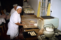 Women making scones in a small home oven in Yalta in the Ukraine, Europe 20062002378  写真素材・ストックフォト・画像・イラスト素材 アマナイメージズ