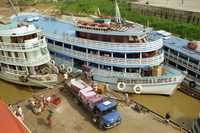 River boats on the quayside being unloaded at Parintins in the Amazon area of Brazil, South America 20062002529| 写真素材・ストックフォト・画像・イラスト素材|アマナイメージズ