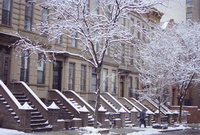 Old brownstone style houses after a snowstorm, New York City, New York, USA 20062004064| 写真素材・ストックフォト・画像・イラスト素材|アマナイメージズ