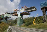 Construction of new viaduct near Hidaka, for freeway from Sapporo to Obihiro, across central Hokkaido, Japan, Asia 20062006223| 写真素材・ストックフォト・画像・イラスト素材|アマナイメージズ