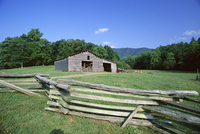 Farmstead in the old pioneer community at Cades Cove, Great Smoky Mountains National Park, UNESCO World Heritage Site, Appalachi