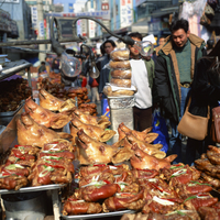 Pigs heads on a stall in a street market in Seoul, South Korea, Asia 20062008380| 写真素材・ストックフォト・画像・イラスト素材|アマナイメージズ