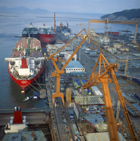 Cranes and ships in the Okpo Shipyard in South Korea, Asia 20062008401| 写真素材・ストックフォト・画像・イラスト素材|アマナイメージズ