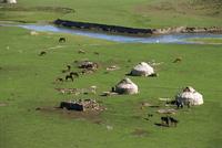 Kazak yurts in the summer in the Altay mountains, NE Xinjiang, China, Asia 20062008934| 写真素材・ストックフォト・画像・イラスト素材|アマナイメージズ