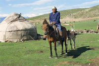 Kazak woman on horseback beside a yurt in the Altay mountains, north east Xinjiang, China, Asia 20062008935| 写真素材・ストックフォト・画像・イラスト素材|アマナイメージズ