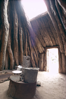 Smoke hole and doorway in Navaho (Navajo) dwelling of mud covered pinyon pine logs, Arizona, United States of America (U.S.A.), 20062009198| 写真素材・ストックフォト・画像・イラスト素材|アマナイメージズ