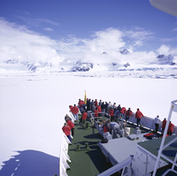 Tourists on deck of a cruise ship, sea ice cruising in fast ice, Antarctic Peninsula, Antarctica, Polar Regions 20062009506| 写真素材・ストックフォト・画像・イラスト素材|アマナイメージズ