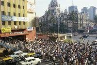 Crowds on crossing, Mumbai (Bombay), India, Asia 20062009872| 写真素材・ストックフォト・画像・イラスト素材|アマナイメージズ
