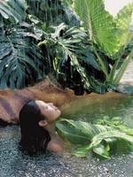 Girl in a pool 20062010103| 写真素材・ストックフォト・画像・イラスト素材|アマナイメージズ