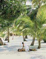Man having a massage on the beach, Southeast Asia, Asia 20062010723| 写真素材・ストックフォト・画像・イラスト素材|アマナイメージズ