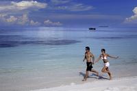 Couple running on a beach, Maldives, Indian Ocean, Asia 20062010999| 写真素材・ストックフォト・画像・イラスト素材|アマナイメージズ