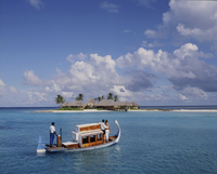 Couple ariving at the Four Seasons Spa in the Maldives, Indian Ocean, Asia 20062011005| 写真素材・ストックフォト・画像・イラスト素材|アマナイメージズ