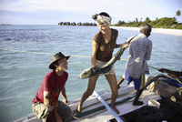 Couple with local fisherman, Maldives, Indian Ocean, Asia 20062011007| 写真素材・ストックフォト・画像・イラスト素材|アマナイメージズ