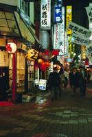 Street scene at night, Shinjuku, Tokyo, Japan, Asia 20062011686  写真素材・ストックフォト・画像・イラスト素材 アマナイメージズ