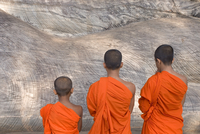 Three young monks praying at a rock-cut image of the Buddha in the Gal Vihara, Polonnaruwa (Polonnaruva), UNESCO World Heritage 20062012029| 写真素材・ストックフォト・画像・イラスト素材|アマナイメージズ