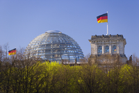 Reichstag (German Parliament building), glass dome on top and German flags, Berlin, Germany, Europe 20062012259| 写真素材・ストックフォト・画像・イラスト素材|アマナイメージズ