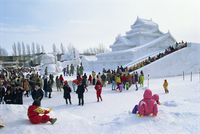 Snow sculpture and crowds during Snow Festival, Sapparo, Japan, Asia 20062012346| 写真素材・ストックフォト・画像・イラスト素材|アマナイメージズ