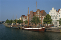 Boats with tall masts on the waterfront of Lubeck City in Schleswig Holstein, Germany, Europe 20062012680  写真素材・ストックフォト・画像・イラスト素材 アマナイメージズ