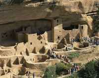 Aerial view over the Cliff Palace crowded, with tourists, in the Mesa Verde National Park, UNESCO World Heritage Site, Colorado, 20062013961| 写真素材・ストックフォト・画像・イラスト素材|アマナイメージズ