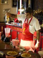 Barman mixing strawberry Daquiris in Bar El Floridita, a favourite drinking spot of late author Ernest Hemingway, Havana, Cuba, 20062015991| 写真素材・ストックフォト・画像・イラスト素材|アマナイメージズ