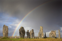 Standing Stones of Callanish bathed in sunlight with a rainbow arching across the sky in the background, near Carloway, Isle of 20062016301| 写真素材・ストックフォト・画像・イラスト素材|アマナイメージズ