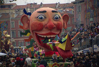Mardi Gras carnival float passing through Place Massena, Nice, Provence, France, Europe 20062019360| 写真素材・ストックフォト・画像・イラスト素材|アマナイメージズ