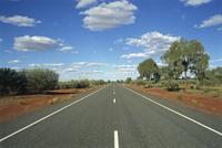 The empty Lasseter Highway in the Northern Territory, Australia, Pacific 20062019881| 写真素材・ストックフォト・画像・イラスト素材|アマナイメージズ