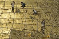 Workers on bamboo scaffolding applying fresh gold leaf to the Shwedagon Pagoda, Yangon (Rangoon), Myanmar (Burma), Asia 20062020833| 写真素材・ストックフォト・画像・イラスト素材|アマナイメージズ