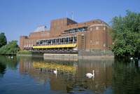 Royal Shakespeare Theatre and River Avon, Stratford upon Avon, Warwickshire, England, United Kingdom, Europe 20062022753| 写真素材・ストックフォト・画像・イラスト素材|アマナイメージズ