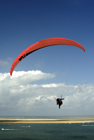 Red hang glider over Bay of Arcachon, Gironde, Aquitaine, France, Europe 20062022922| 写真素材・ストックフォト・画像・イラスト素材|アマナイメージズ