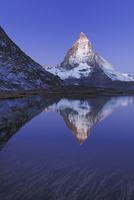 Matterhorn at sunrise in autumn with reflection in the Riffe 20070001760| 写真素材・ストックフォト・画像・イラスト素材|アマナイメージズ