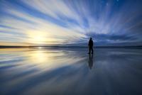 アルボード砂漠の月の出を見る写真家