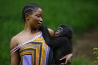 ボノボの子を抱く女性