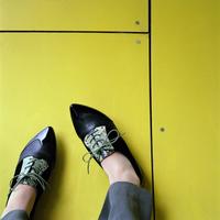 Female feet on yellow 20071002013| 写真素材・ストックフォト・画像・イラスト素材|アマナイメージズ
