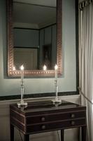 Candlesticks on bureau 20071007535| 写真素材・ストックフォト・画像・イラスト素材|アマナイメージズ