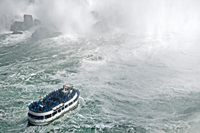 Boat with tourists dwarfed by the water at Niagara Falls. U.S.A 20071010402| 写真素材・ストックフォト・画像・イラスト素材|アマナイメージズ