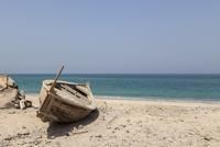 Fishing boat on the beach of the Persian Gulf. Musandam, Oman 20071010586| 写真素材・ストックフォト・画像・イラスト素材|アマナイメージズ