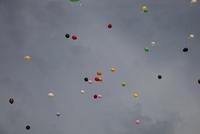 Multicoloured balloons in overcast sky 20071010663| 写真素材・ストックフォト・画像・イラスト素材|アマナイメージズ